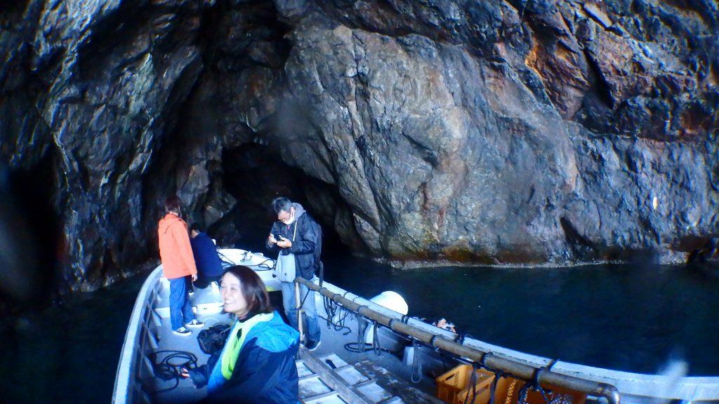 鹿島の天然洞窟「ウド」へ船を入れて撮影します。