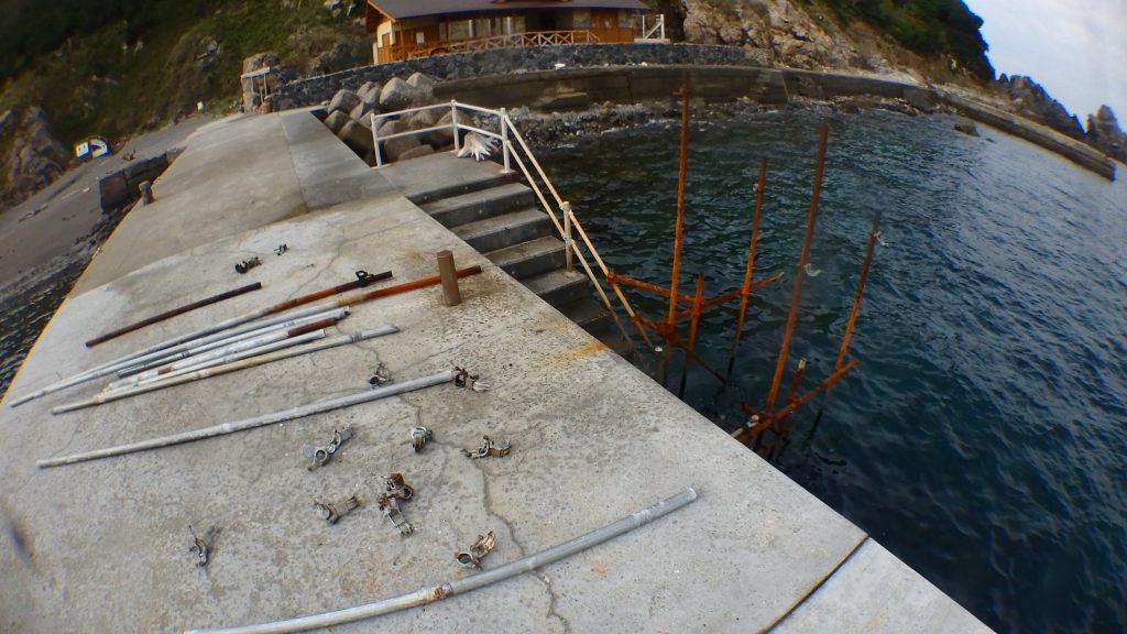とりあえず地上部分の単管パイプを先に外してしまって、桟橋の上に並べておいておきます。こうしておくと、あとで長さ事に何本あるか確認が楽なのです。
