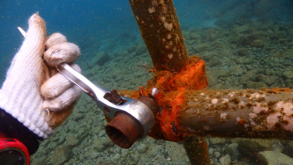 単管パイプなので、水中へ工具を持ってネジを回せば分解可能。