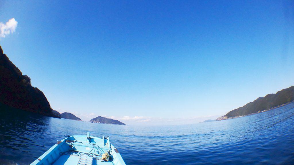 凪いだ海の向こうには無人の島、鹿島が見えています。