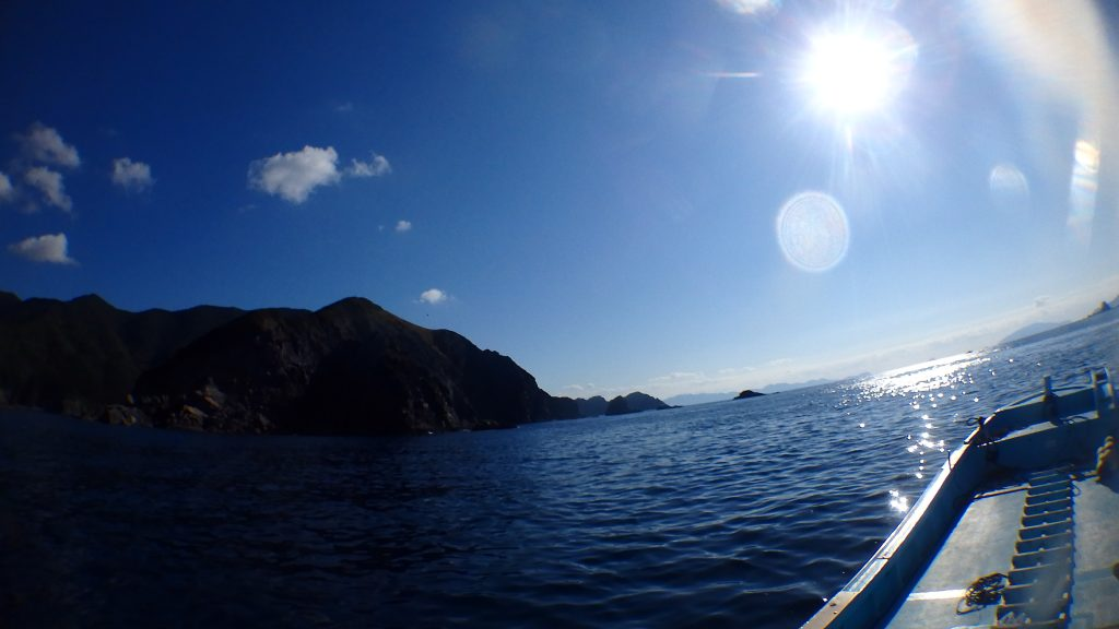 ダイビングポイントで使用している「カナガサキ」は高茂岬の下。ここを通って反対側の湾内を目指します。