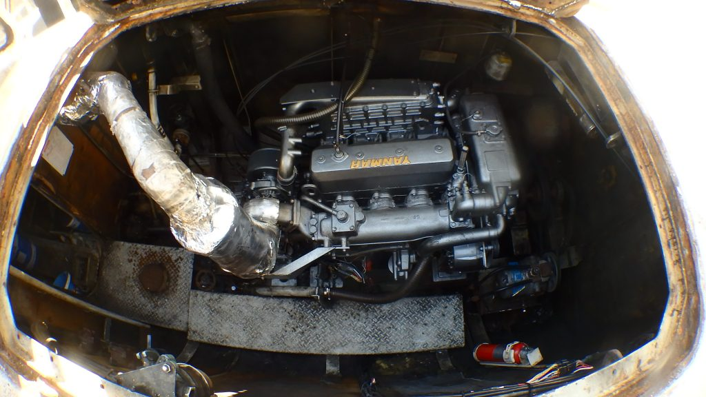 エンジンルームの内部には大きなエンジンがピカピカになって設置されています