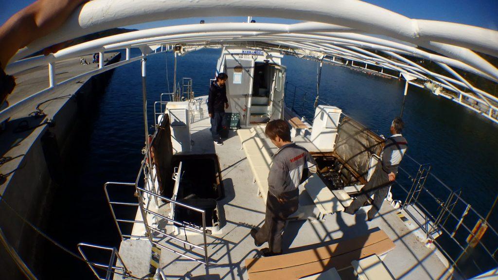 観光船で使っているガイヤナ号の修理点検を済ませて、試運転の直前です。エンジンルームを空けたまま、様子を見ながら沖に船を出します。