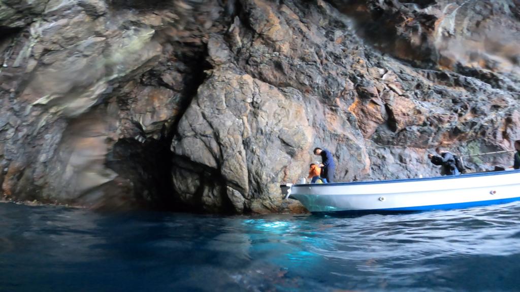 縦に30m以上の大きな洞窟。撮影終了間際にドローンを回収している様子も写真映えしてよいですね。