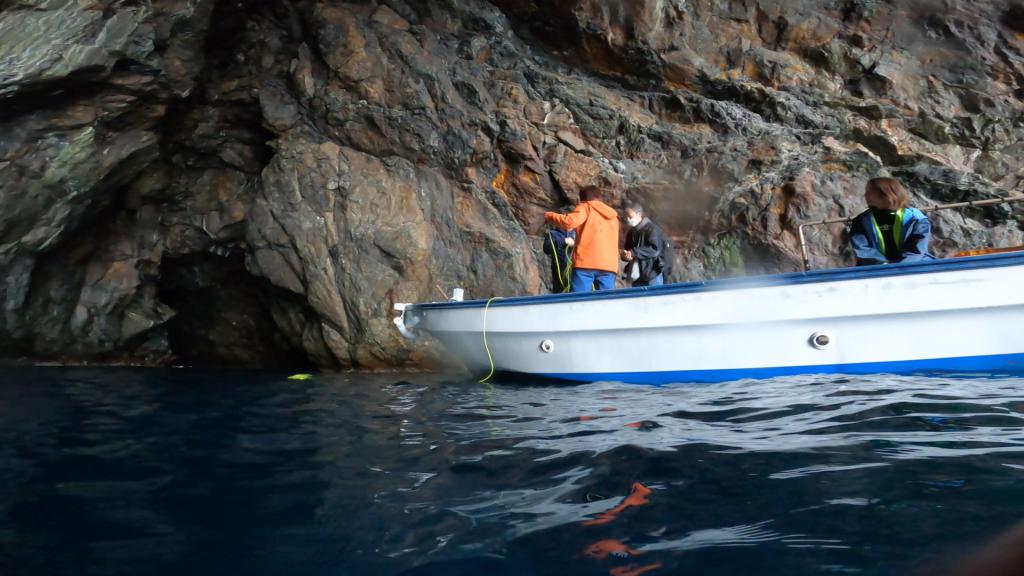 水中も撮影してみようとのことで、私も急遽水中へ入ることになりました。船で準備中の皆様を水面から隠し撮り。ドローンが水面に浮かんでいます。