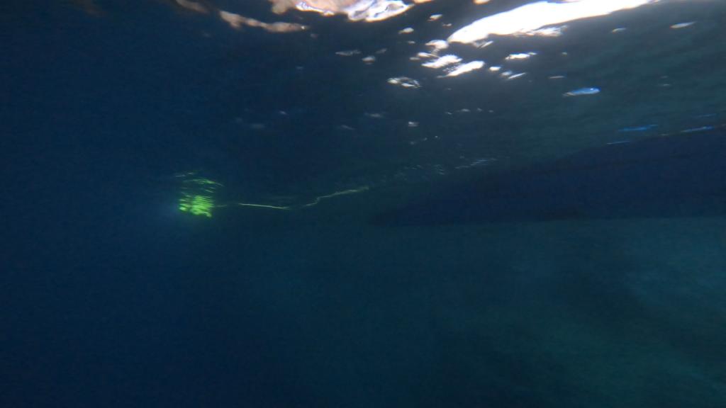 上の写真を水中から撮影した状態。ドローンが水面に浮かんでいるのがとても良くわかります。